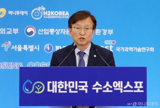 [사진]'수소엑스포' 축사하는 권칠승 의원