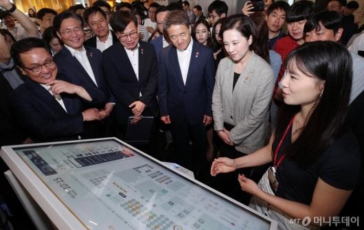 [사진]SKT 스마트오피스 둘러보는 장관들
