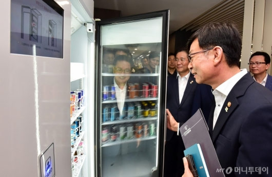 [사진]무인냉장고 체험하는 김상조 공정거래위원장