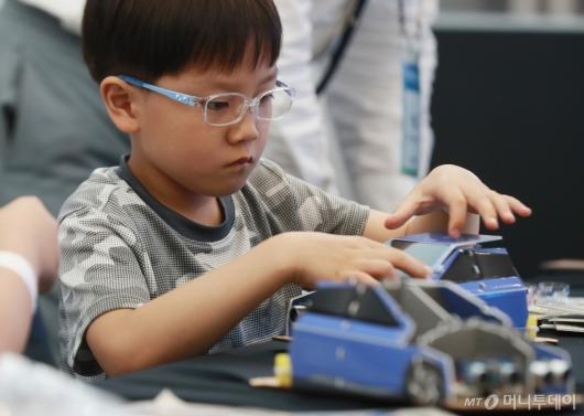 [사진]'세상진지' 모형 자율주행차 만드는 어린이 관람객
