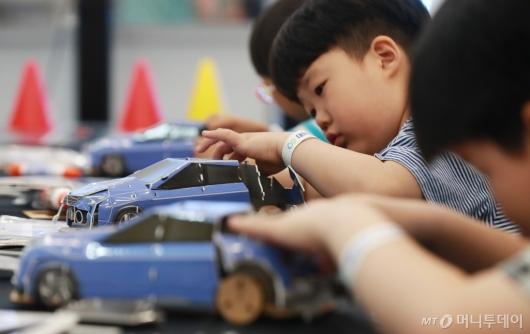 [사진]2019 수소엑스포, 자율주행차 만드는 아이들