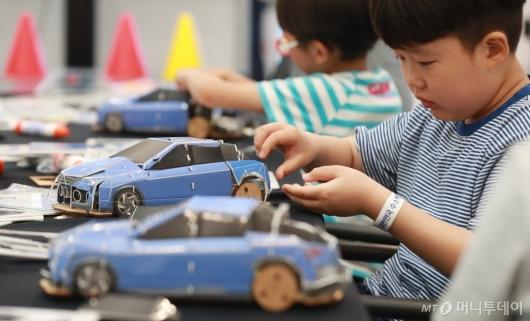 [사진]자율주행 모형차 만드는 아이들