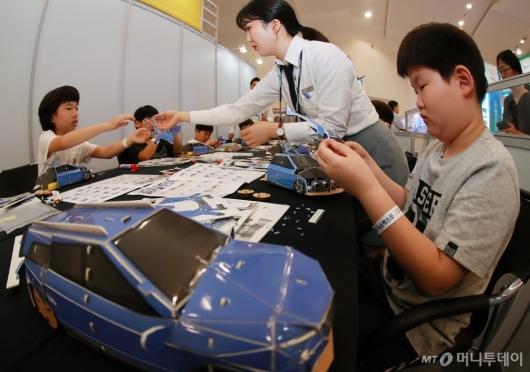 [사진]수소전기차 넥소 모형 만드는 아이들