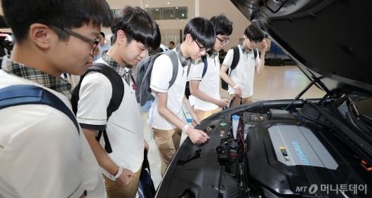 [사진]'수소차 엔진 살펴보는 학생들'