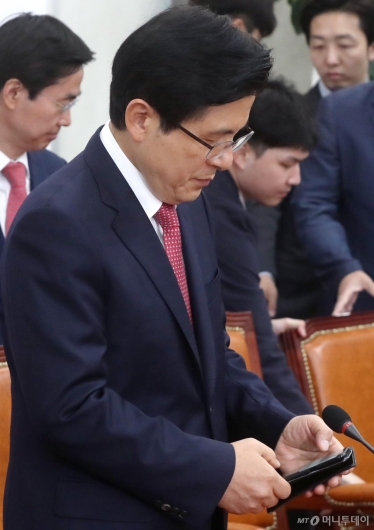 [사진]휴대폰 바라보는 황교안 대표