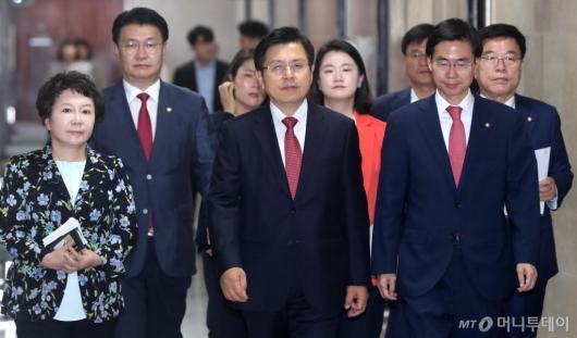 [사진]최고위원회 참석하는 황교안 대표
