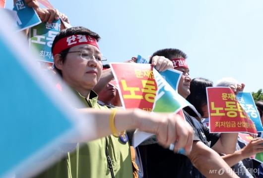 [사진]'노동존중' 피켓 찢는 민주노총