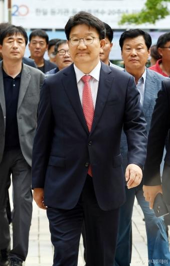 [사진]권성동 '여유 있는 모습으로 공판 출석'