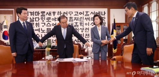 [사진]여야3당 손 모으는 국회의장