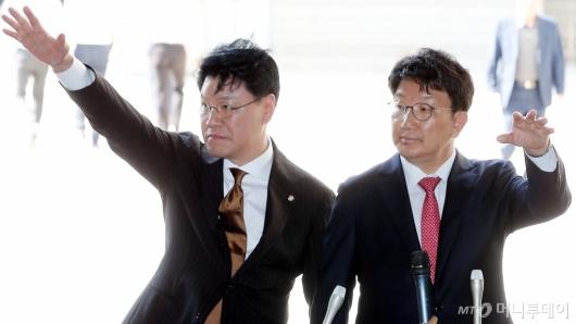 [사진]손 흔드는 권성동-장제원