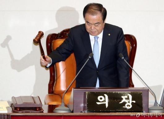 [사진]본회의 주재하는 문희상 국회의장