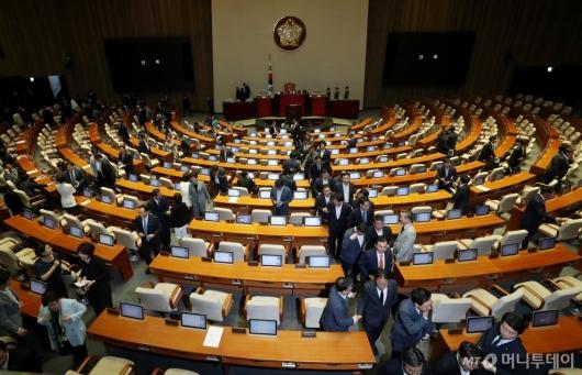 [사진]자유한국당 불참 속 본회의 마친 의원들