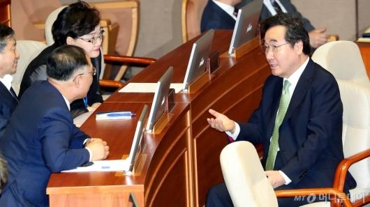[사진]국회 본회의 참석한 이낙연-홍남기