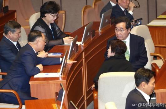 [사진]의원들과 이야기 나누는 이낙연-홍남기