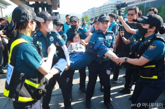 [사진]행정대집행 저항하는 대한애국당원