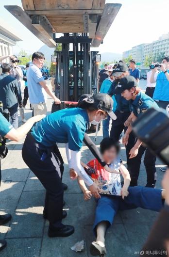 [사진]행정대집행 막는 대한애국당원