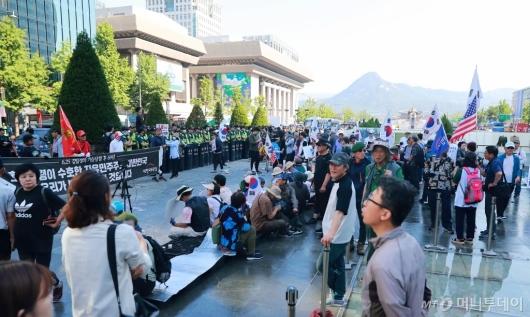 [사진]대한애국당 농성천막 행정대집행...시위하는 당원들