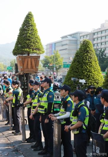 [사진]대한애국당 농성천막 철거...대형화분 설치