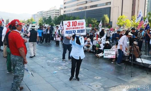 [사진]대한애국당 농성천막 철거...시위하는 당원들