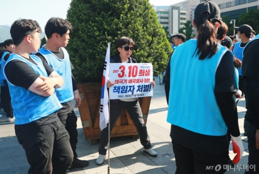 [사진]대한애국당 천막 철거...시위하는 당원들