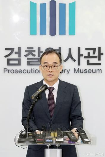 [사진]대국민 사과문 발표하는 문무일 총장