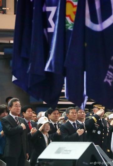 [사진]국민의례하는 이낙연 총리