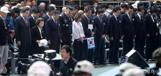 [사진]6.25 전쟁 69주년 기념식 묵념