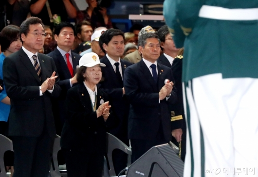 [사진]장병들에게 박수 보내는 이낙연-정경두