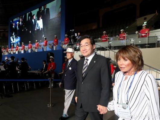 [사진]전쟁영웅 유족 손잡고 입장하는 국무총리