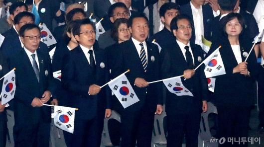 [사진]태극기 흔드는 여야5당 대표