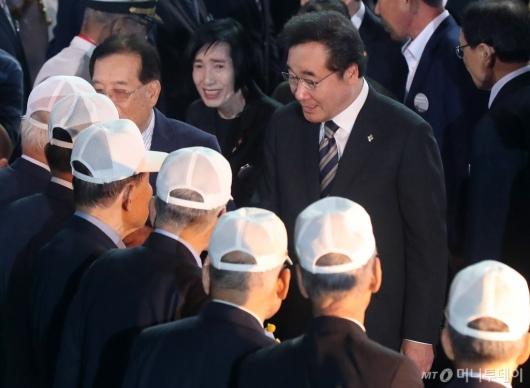 [사진]국가유공자들과 인사 나누는 이낙연 총리
