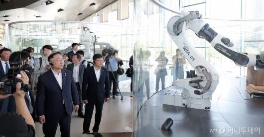 [사진]자동차 업계 방문한 홍남기 부총리