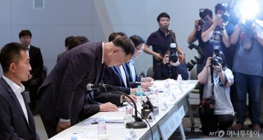 [사진]인사하는 홍남기 부총리