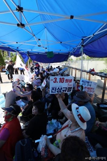 [사진]광화문광장에 재설치된 우리공화당 불법 천막