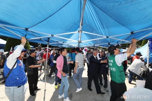 [사진]불법 천막 재설치하는 우리공화당 당원들