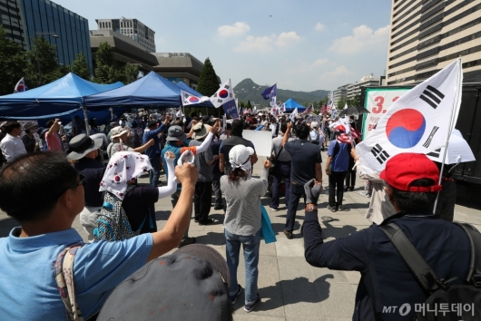 [사진]천막 재설치 후 집회하는 우리공화당 관계자들