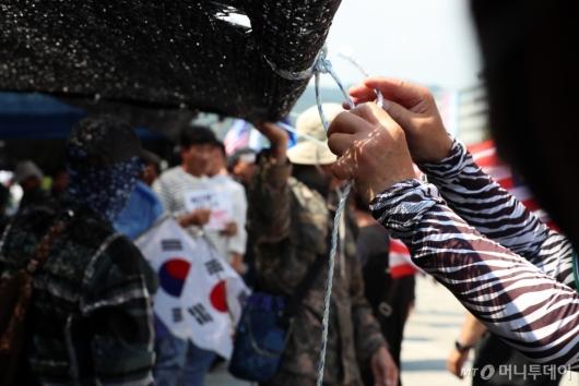 [사진]천막 재설치하는 대한애국당 관계자들