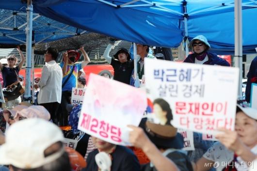 [사진]천막 재설치하는 우리공화당 관계자들