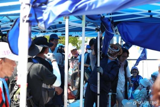 [사진]천막 설치하는 대한애국당 당원들