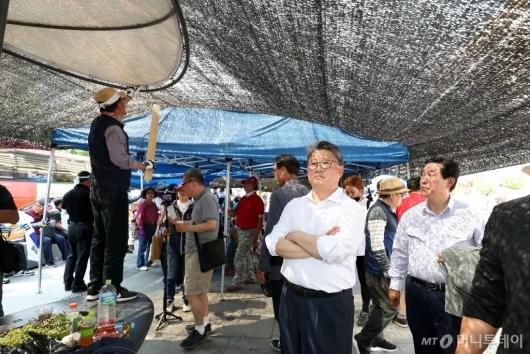 [사진]천막 재설치 지켜보는 조원진