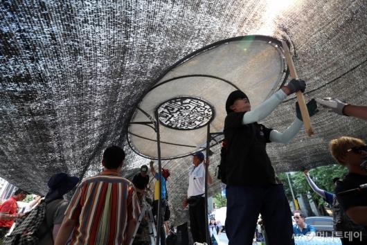 [사진]차양막 설치하는 우리공화당 당원들