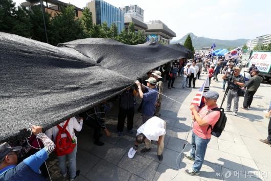 [사진]대한애국당, 광화문광장 불법 천막 재설치