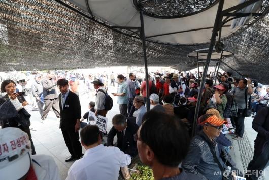 [사진]차양막 아래 모인 대한애국당 당원들
