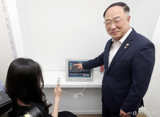 [사진]홍남기 부총리 '스트레스 측정 체험'