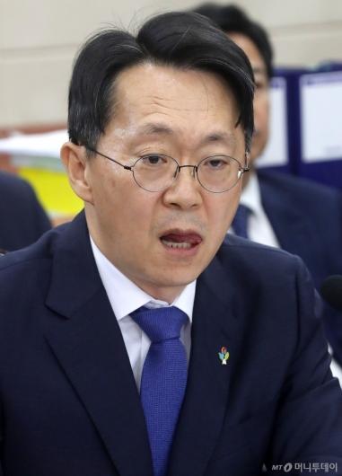 [사진]입술 마르는 김현준 후보자