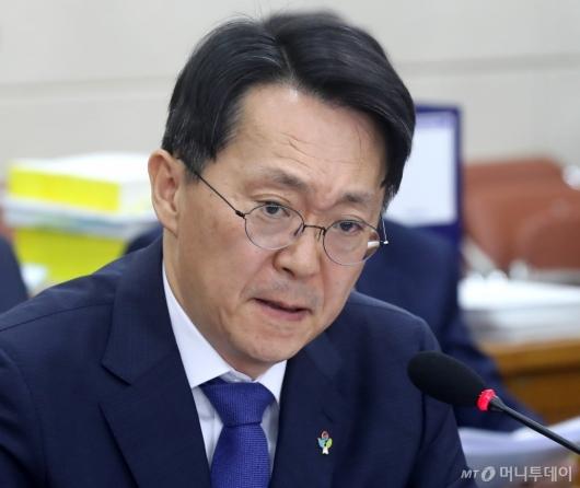 [사진]질문 듣는 김현준 후보자