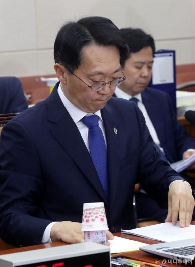 [사진]자료 살펴보는 김현준 후보자