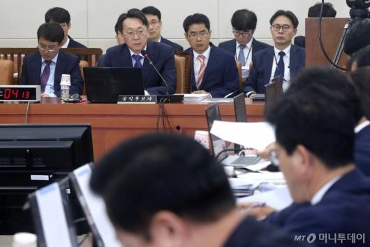 [사진]질문 경청하는 김현준 후보자