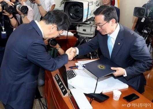[사진]선서문 제출하는 김현준 후보자
