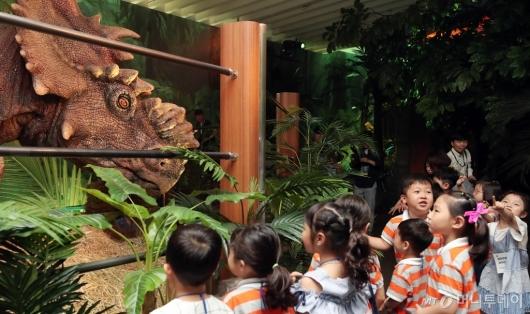 [사진]'공룡과 눈 맞춤'